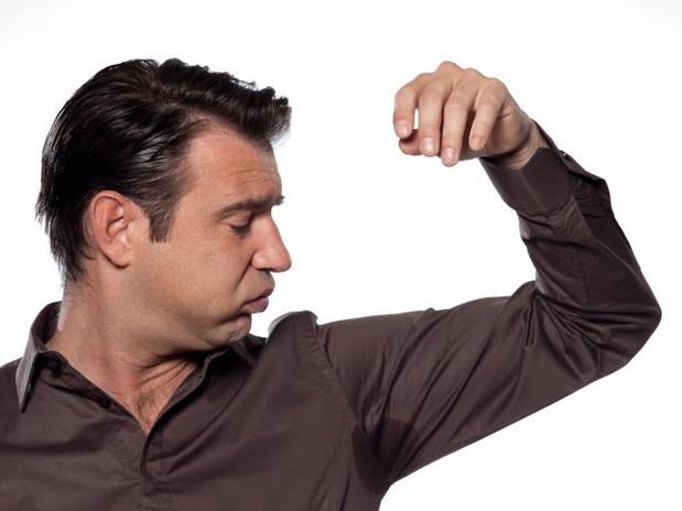 Como remover cheiro de suor da roupa